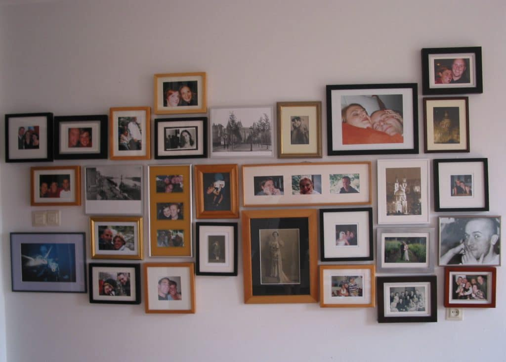 picture-with-frames-in-wall